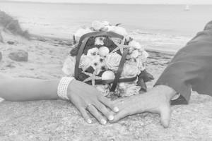 Brautstrauss mit Eheringen am Strand